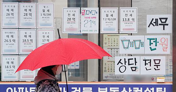 21일 서울시내 한 부동산 공인중개사 사무소에 매물관련 정보가 붙어있다. 한국부동산원은 이날 1월 셋째 주(18일 기준) 전국의 아파트 매매가격이 0.29% 올라 지난주(0.25%)보다 상승 폭이 커졌다고 밝혔다. 지역별로는 수도권이 0.31% 올라 부동산원이 통계를 작성한 이후 8년 8개월 만에 최고 상승률을 기록했다. [뉴스1]