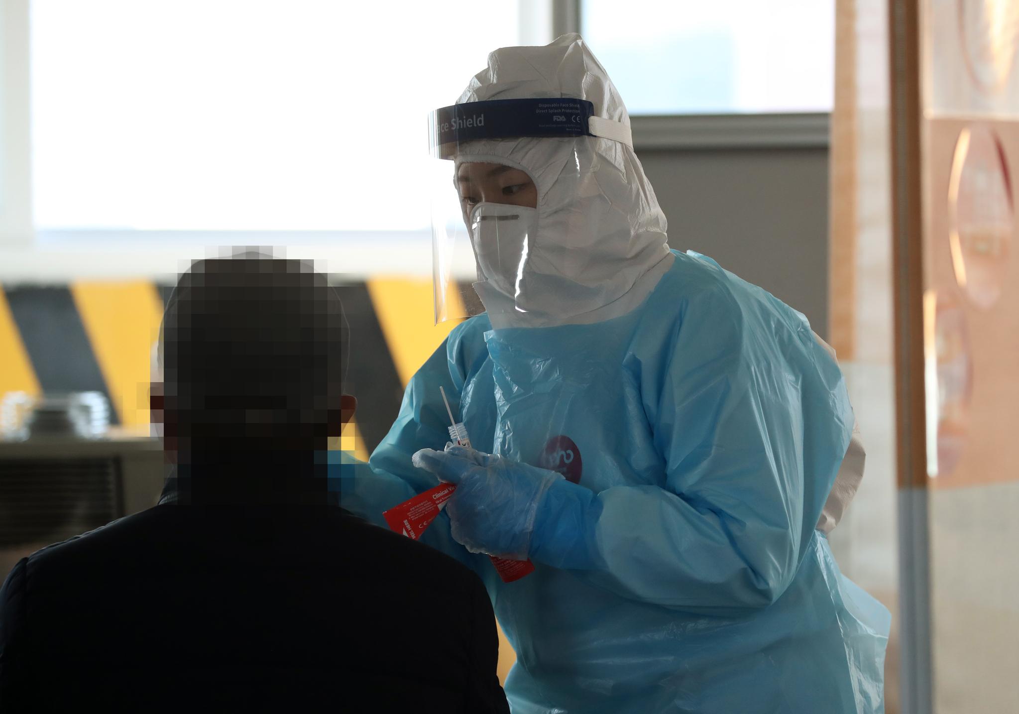 20일 오후 광주 북구선별진료소 의료진이 신종 코로나바이러스 감염증(코로나19) 검체를 채취하고 있다. 연합뉴스