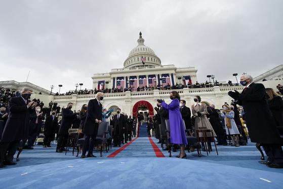 조 바이든 당선인(화면 중앙 왼쪽)과 카밀라 헤리스 부통령 당선인이 20일(현시지각) 취임식 행사장에서 마주보고 있다. UPI=연합뉴스