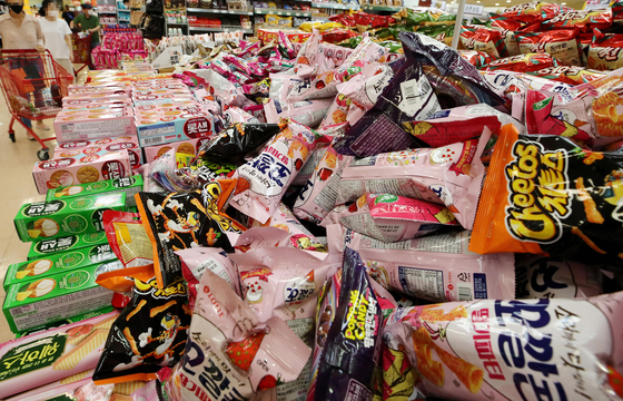 서울 시내의 한 대형마트 판매대에 과자 꾸러미가 놓여 있다. [연합뉴스]
