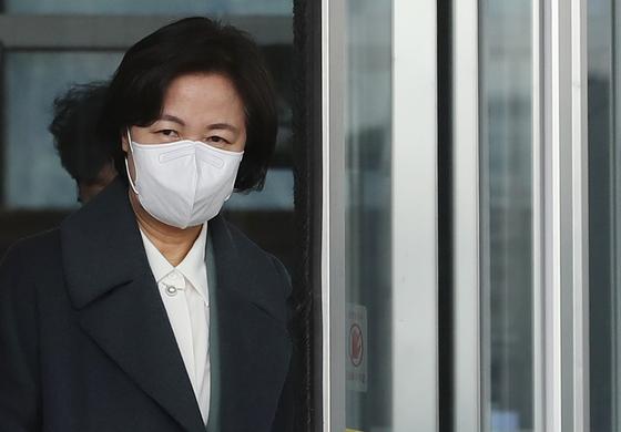 추미애 법무부 장관이 21일 점심시간 정부과천청사에서 외출하고 있다. 연합뉴스