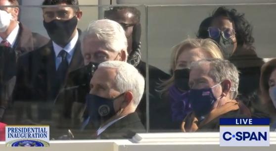 바이든 대통령 취임식에 참석해 잠과의 사투를 벌이고 있는 빌 클린턴 전 대통령. 사진 C-SPAN 유튜브