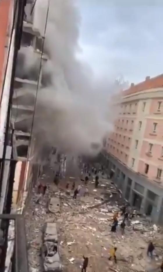 20일(현지시간) 스페인 마드리드 도심에서 원인불명의 폭발음이 들렸다고 현지언론이 보도했다. SNS 등을 통해 공개된 영상에 따르면 연기가 골목을 덮은 가운데 길거리엔 건물 잔해가 가득하다. [트위터 캡처]