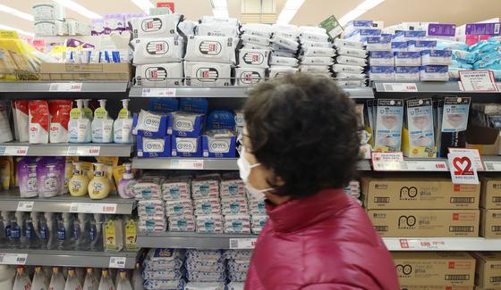 신종 코로나바이러스 감염증(코로나19)이 전 세계로 확산하면서 한국산 손소독제, 진단키트, 손세정제 등 수출이 급증했다. 서울의 한 대형마트 위생용품 판매대. [연합뉴스]