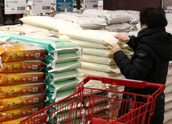 지난 12일 서울 시내 한 대형마트 쌀 판매대의 모습. 연합뉴스
