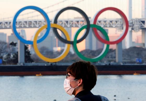 도쿄만에 설치된 대형 올림픽 로고. [로이터=연합뉴스]
