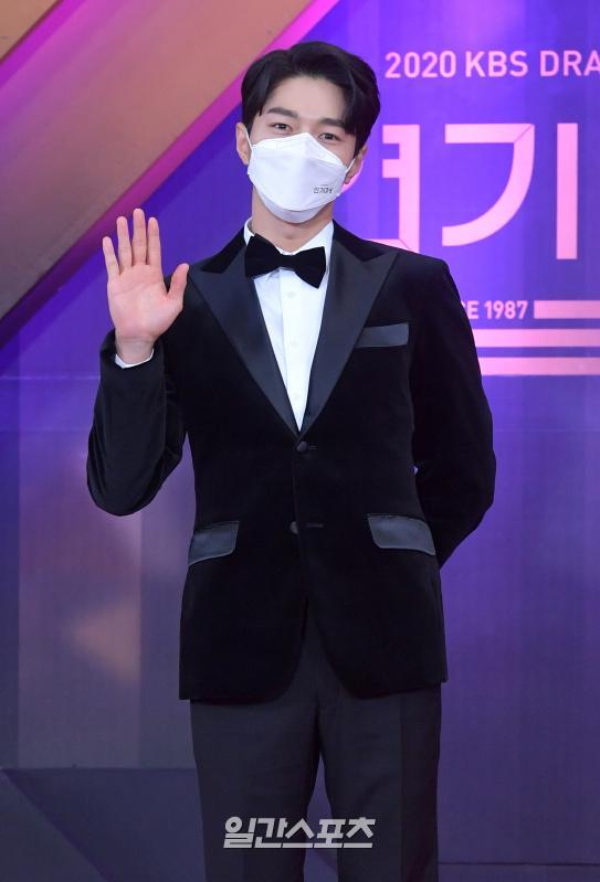 배우 김명수가 31일 밤 서울 여의도 KBS에서 열린 '2020 KBS 연기대상'레드카펫에 참석하고 있다.  사진=KBS제공 2020.12.31