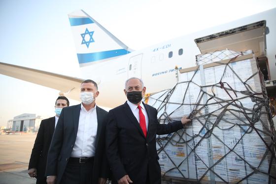 이스라엘의 베냐민 네타냐후 총리와 율레 에델스타인 보건부 장관이 지난 10일 화이자 백신 추가 물량을 맞이하기 위해 벤구리온 공항에 나가 있다. [EPA=연합뉴스]