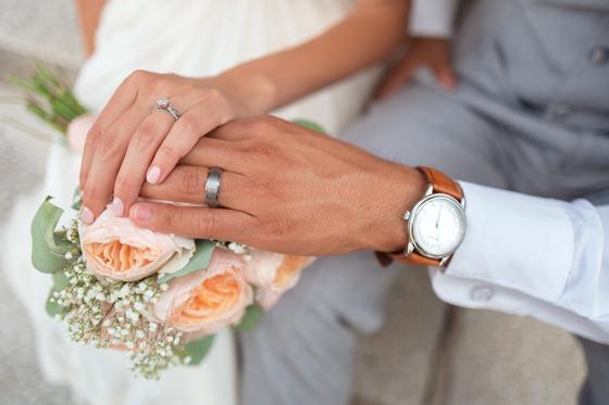 결혼이 늦어지는 가장 큰 이유가 '돈'이고, 부부관계가 깨지는 가장 흔한 이유도 '돈'이며, 행복한 삶을 누리는 데 가장 중요한 요소 중 하나가 '돈'이다. [사진 unsplash]