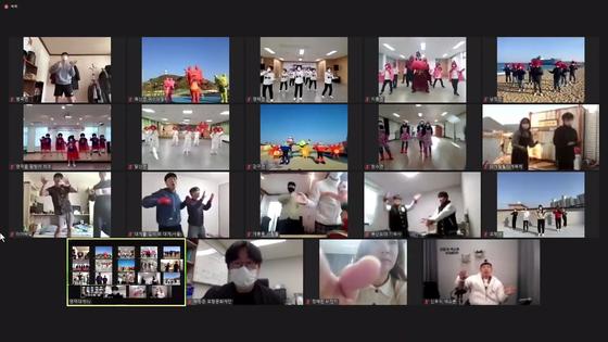 지난달 12일 온라인으로 진행된 제23회 영덕대게축제 플래시몹 경연대회 장면. '대게송'에 맞춰 참가자들이 기량을 선보이고 있다. [유튜브 캡처]