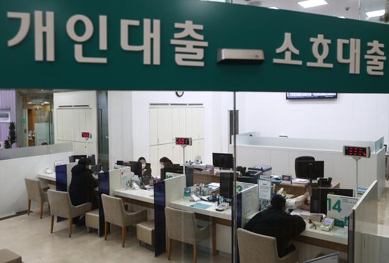 5일 서울시내 한 은행 대출창구를 찾은 고객들이 상담을 받고 있다. 연합뉴스