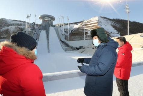 시진핑 주석이 중국 안타스포츠 소유의 캐나다 의류업체 아크테릭스 외투를 입고 있고 동계 올림픽 준비 현장을 시찰하고 있다. [신화통신 캡쳐]