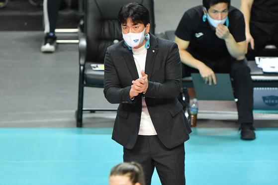 22일 현대건설과 경기에서 작전을 지시하는 GS칼텍스 차상현 감독. [사진 한국배구연맹]