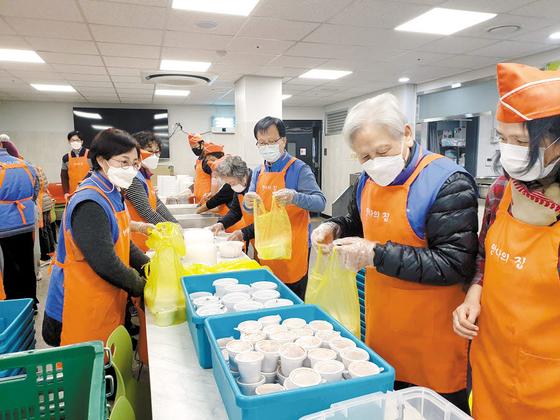 한수원 시니어봉사단은 지난해 150여 회 봉사활동을 했다. 안나의집에서 배식봉사 활동을 하고 있다. [사진 한국수력원자력]