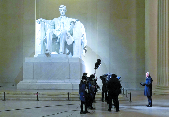 조 바이든 미국 대통령(오른쪽)이 지난 20일(현지시간) 워싱턴 링컨기념관에서 생방송된 '미국을 축하하다'에 출연하고 있다. 바이든은 이날 취임사에서 에이브러햄 링컨이 노예해방 선언 당시 했던 간절한 호소를 빌려온 건 물론 통합과 민주주의를 11차례씩 언급했다. [AFP=연합뉴스]