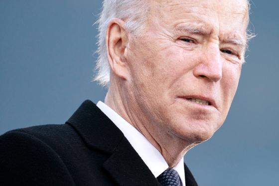 취임 전날인 지난 19일(현지시간) 바이든 대통령이 델라웨어주에서 고별 연설을 하며 눈물을 흘리고 있다. [AP=연합뉴스]