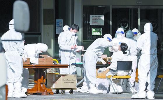 지난해 서울 구로구 한 요양병원에서 레벨D 방호복을 입은 병원 관계자들이 신종 코로나바이러스 감염증(코로나19) 검사를 받고 있다.연합뉴스