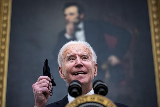 조 바이든 미국 대통령이 21일 백악관에서 코로나19 행정명령에 대해 설명하고 있다.[EPA=연합뉴스]