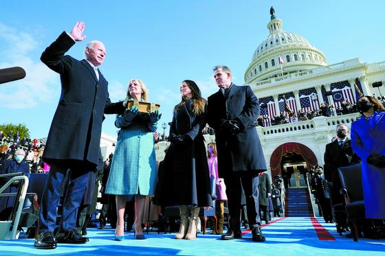 지난 20일 조 바이든 대통령(왼쪽)이 부인과 딸·아들이 지켜 보는 앞에서 취임 선서를 하고 있다. [EPA=연합뉴스]