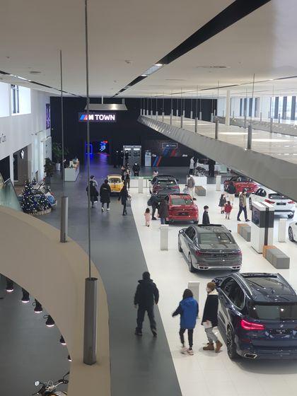 영종도 BMW 드라이빙 센터 내 전시관에는 방문객이 직접 타 볼 수 있는 18대의 자동차가 있는데 비어 있는 차가 없을 정도로 방문객이 끊이지 않았다. [함종선 기자]