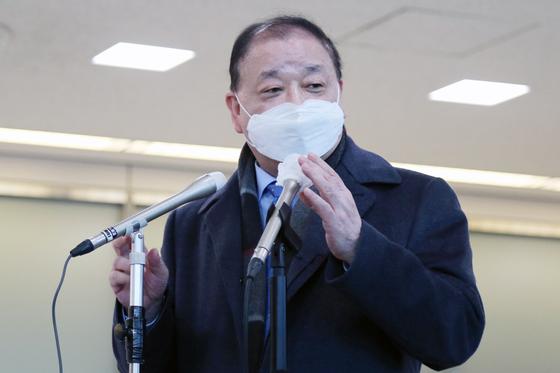 강창일 신임 주일본한국대사가 22일 오후 일본 나리타 국제공항에 도착해 기자들의 질문에 답하고 있다. [연합뉴스]