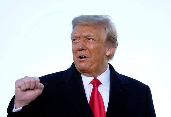 도널드 트럼프 전 대통령이 20일 퇴임하면서 에어포스 원에 탑승하기 전 연설하고 있다. 그는 조 바이든 대통령의 취임식은 건너 뛰고, 플로리다 팜비치에 위치한 마러라고로 향했다. [AFP=연합뉴스]