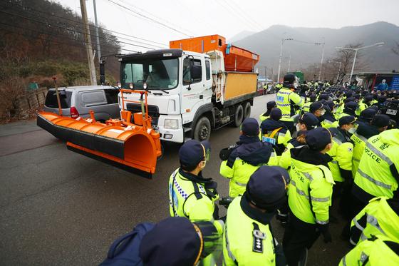 22일 오전 경북 성주 사드(THAAD·고고도미사일방어체계) 기지에 공사 장비·자재를 실은 차들이 들어가고 있다. 연합뉴스