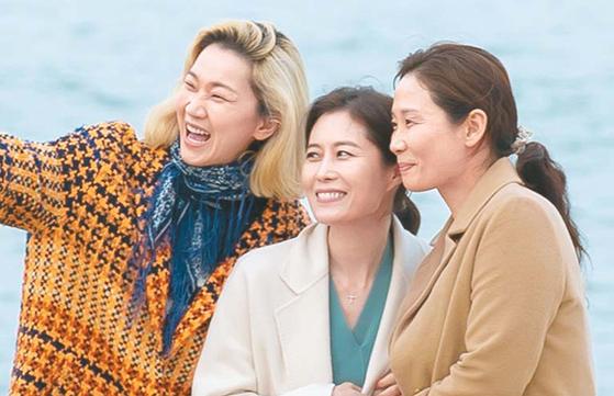 왼쪽부터 장윤주·문소리·김선영이 뭉친 가족영화 '세자매'. [사진 리틀빅픽처스]