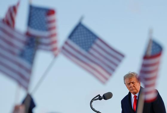 지난 20일 도널드 트럼프 전 미국 대통령이 메릴랜드주(州) 앤드루스 공군 기지에서 별도로 마련된 환송 행사에서 연설을 하고 있다. 로이터=연합뉴스