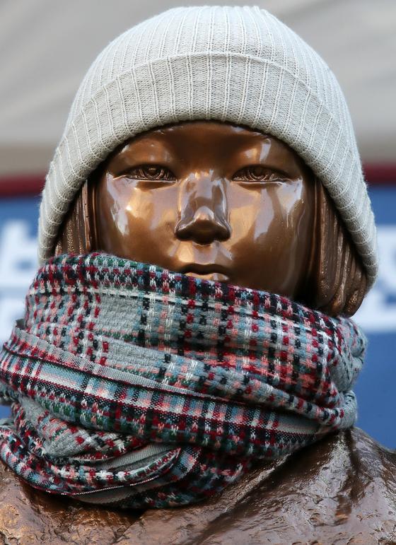 지난 6일 서울 종로구 옛 일본대사관 앞에서 열린 제1473차 '일본군 성노예제 문제해결을 위한 정기 수요시위'에서 소녀상에 모자와 목도리가 씌어져 있다. [뉴스1]