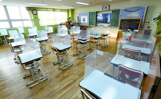 2021학년도 서울 초등학교들 졸업식 열리는. 13일 서울 서초구 서울우솔초등학교 제 8회 졸업식이 코로나19로 인해 비대면으로 진행되고 있다. 사진 공동취재단