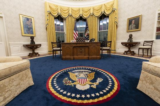 조 바이든 미국 대통령 취임과 함께 백악관 집무실도 새 단장을 했다. 업무를 보는 '결단의 책상' 주위에 흑인해방운동가 마틴 루서 킹과 노동 운동가 세사르 차베스 흉상 등을 배치하면서 인권과 통합을 강조하는 기조를 그대로 담았다. [AP=연합뉴스]