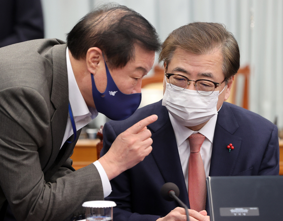서훈 국가안보실장과 정만호 국민소통수석이 19일 청와대에서 열린 국무회의에 앞서 대화하고 있다. 연합뉴스