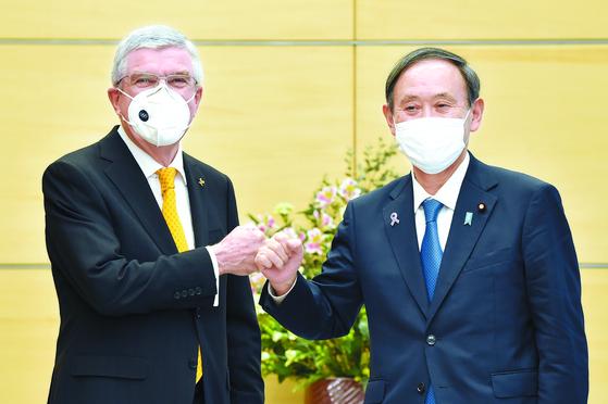 토마스 바흐 IOC 위원장(왼쪽)과 스가 요시히데 일본 총리. AP=연합뉴스
