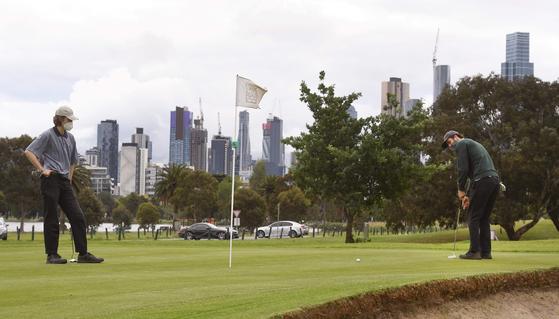 호주에서 골프를 치고 있는 두 남성의 모습. 위 사진은 기사 내용과 관련이 없습니다 [AFP=연합뉴스]
