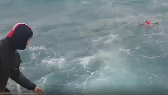 23일 오후 3시 47분쯤 경남 거제시 남부면 갈곶도 남동쪽 1.11㎞ 해상에서 339t급 대형선망 A호가 침수됐다. 신고를 받고 출동한 해경이 구조 작업을 하는 모습. 사진 통영해경