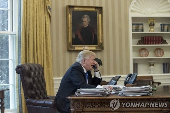 트럼프 행정부 당시 백악관 사무실에서 앤드류 존슨 전 대통령의 초상화 [EPA=연합뉴스]