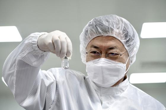 문재인 대통령이 20일 오전 경북 안동시 SK바이오사이언스 공장을 방문해 코로나19 백신을 살펴보고 있다. 뉴스1