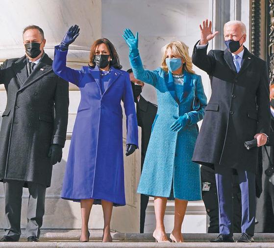 미국의 조 바이든 대통령과 부인 질 바이든, 카멀라 해리스 부통령과 남편 더글러스 엠호프(오른쪽부터)가 20일(현지시간) 취임식 참석을 위해 워싱턴 연방의사당에 도착해 손을 흔들고 있다. 해리스 부통령은 보라색 옷을 입었는데, 보라색은 BTS 팬클럽 '아미'를 상징하는 색이다. [AP=연합뉴스]