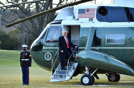 도널드 트럼프 전 미국 대통령이 지난 20일(현지시간) 마린원을 타고 백악관을 떠나고 있다. [AFP=연합뉴스]