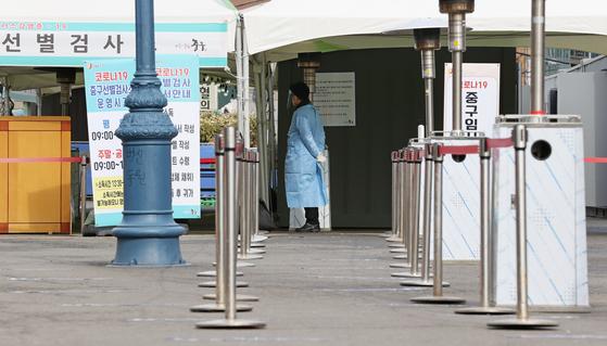23일 오후 서울역 광장에 마련된 신종 코로나바이러스 감염증(코로나19) 임시 선별 진료소가 다소 한산한 모습을 보이고 있다. 연합뉴스