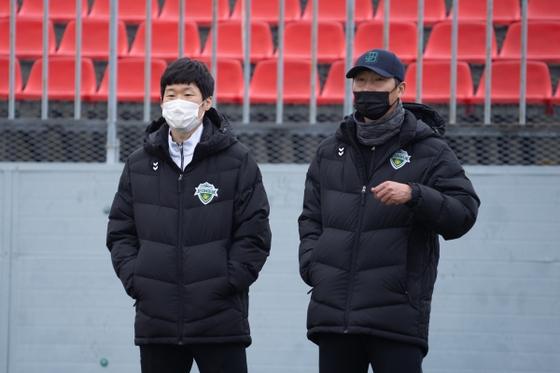 박지성(왼쪽)과 김상식 감독. 사진=전북 현대 제공