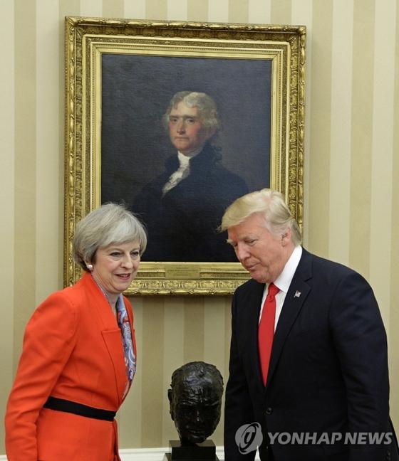 2017 년 1 월 27 일, 도널드 트럼프 미국 대통령 (오른쪽)은 워싱턴 DC 백악관에서 윈스턴 처칠의 흉상에 대해 테레사 메이 전 영국 총리와 대화를 나누고 있습니다. [EPA=연합뉴스]