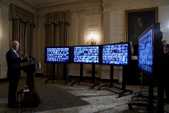 조 바이든 미국 대통령이 취임 당일인 20일 백악관 다이닝 룸에서 자신이 지명한 각료 등과 온라인으로 서약을 받고 회의를 열고 있다. [AP=연핮뉴스]