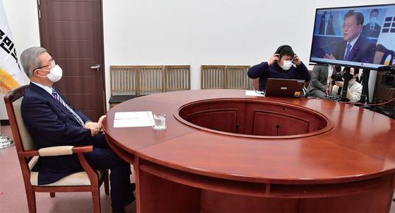 1월 7일 김종인 국민의힘 비대위원장(왼쪽)이 국회에서 문재인 대통령의 비대면 신년인사회에 참석했다.