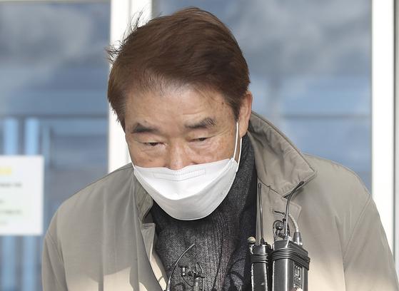 정천석 울산 동구청장이 지난 15일 오전 울산지법에서 벌금 500만원을 선고받은 후 법정을 나서며 취재진의 질문에 답하고 있다. 뉴스1