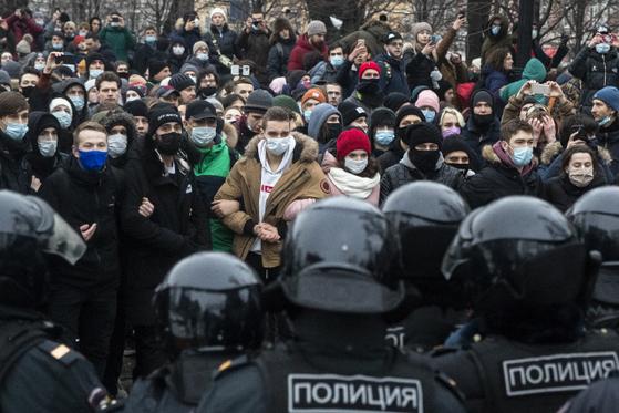 23일(현지시간) 대치 중인 나발니 석방 시위대와 경찰. [AP=연합뉴스]