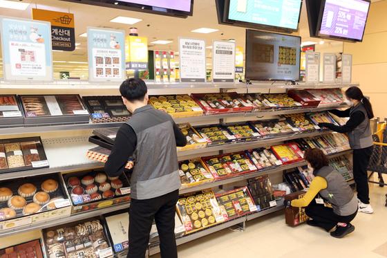 24일 이마트 서울 성수점 본사에서 단기 근무사원들이 설 명절 선물세트 상품 진열을 하고 있다. [이마트 제공]