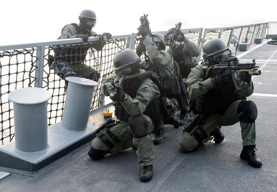 2013년 1월 해군 특수전전단(UDT/SEAL)이 아덴만 여명작전 2주기를 앞두고 실시한 훈련에서 줄사리를 이용해 피랍된 선박에 진입한 후 경계를 하고 있다. [중앙포토]