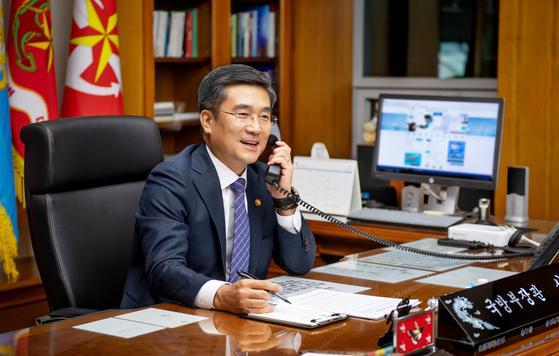 전화 통화를 하고 있는 서욱 국방부 장관. [국방부]